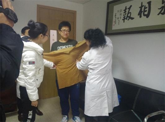 沈阳焦东海肥胖病医院的杨丽院长为媒体展示孙海石以前的肥大衣物