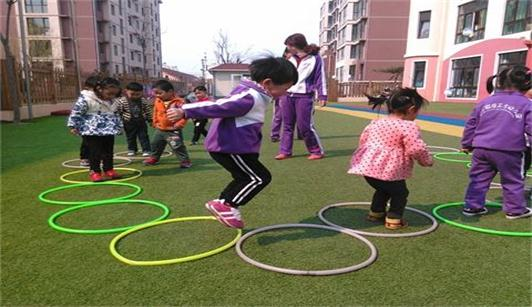 沈阳焦东海减肥医院为你展示小朋友们玩呼啦圈的图片